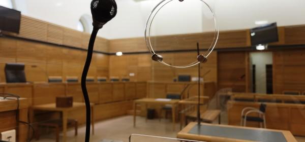 Avocats et juges à l'unisson contre les cages en verre dans les tribunaux